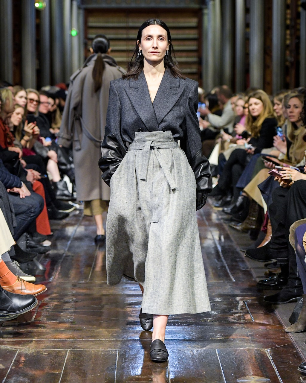 Höstmode 2020: kavaj och kjol hos Mark Kenly Domino Tan AW20.