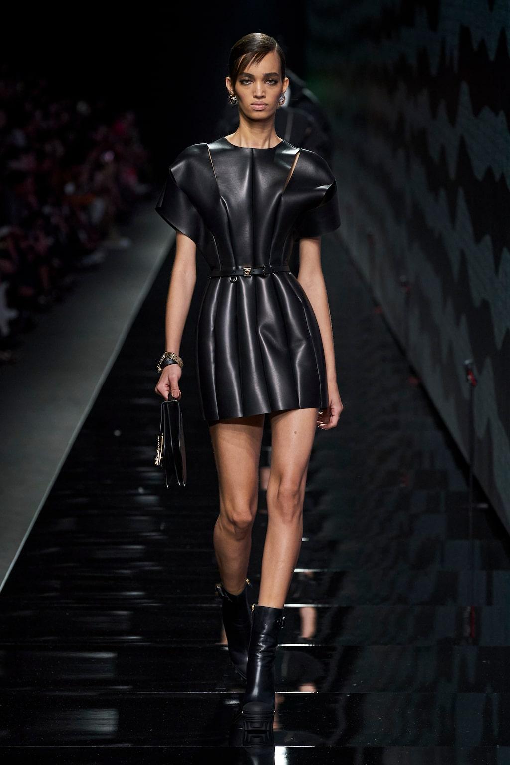 Höstmode 2020: svart hos Versace AW20.