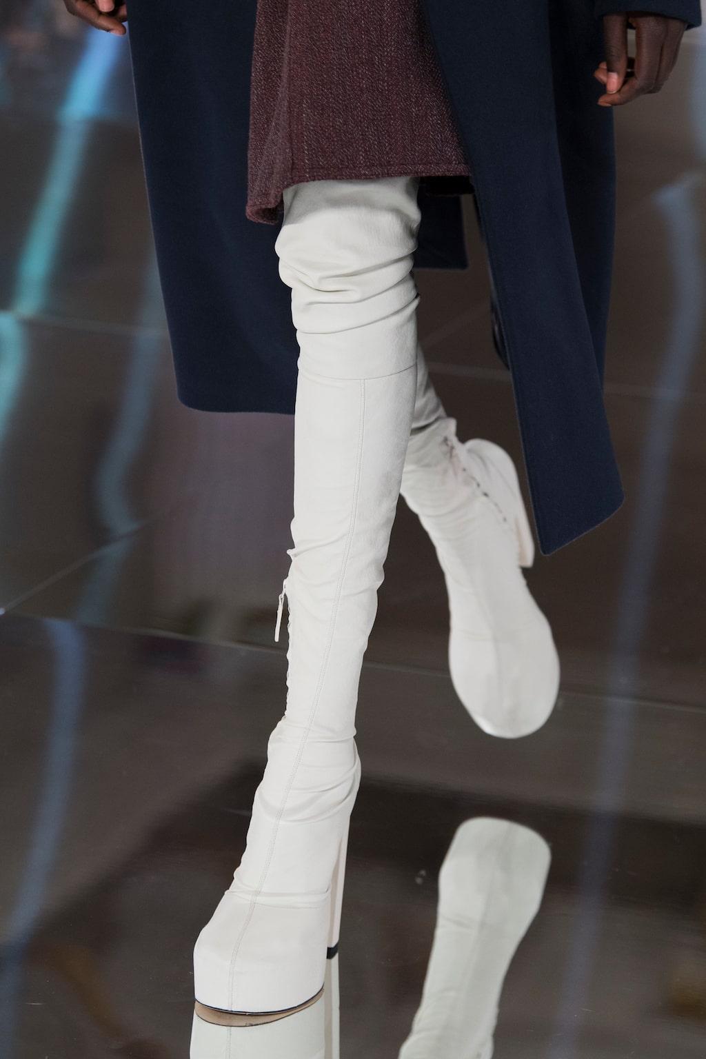 Höstmode 2020: lårhöga stövlar hos Victoria Beckham AW20.