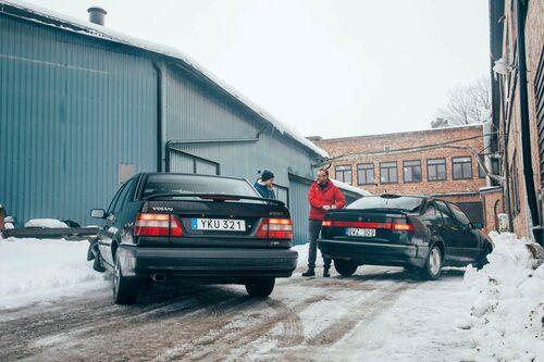 """""""Du förstår, det var en gång..."""" Hedberg lär ut allt han vet om svensk bilindustri till unge Åhlander."""