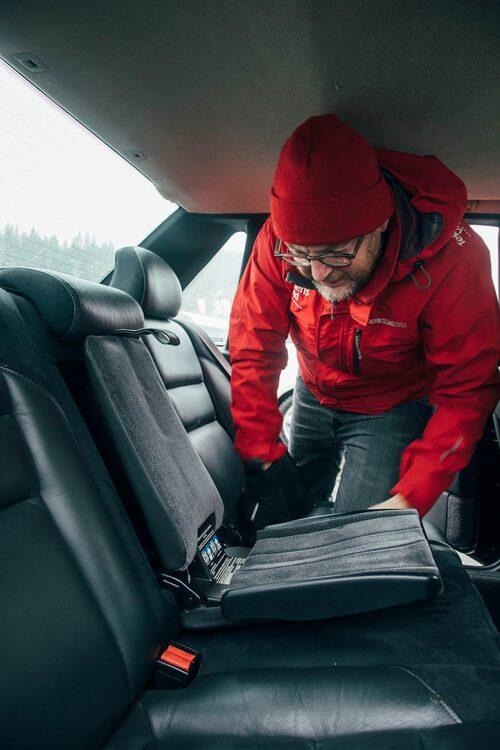 Mittarmstöd som kan fällas ut och bilda integrerat barnsäte. Här var Volvo först i världen med sitt typiska säkerhetstänk. Kärnvärde!