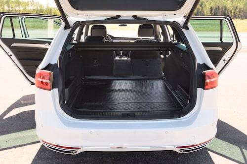 Passat Sportscombi har ett rymligt och lättlastat bagage med tredelat baksäte. Dessutom 192 centimeter ståhöjd under luckan.