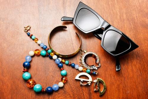 """""""Halsband och strassörhänge, fynd från vintagebutiken Nantes. Armband från min mamma när hon var i min ålder. Solglasögon och örhänge från Céline."""""""