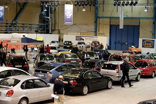 Bara en liten del av alla de bilar som ska auktioneras ut på söndag. Till vänster skymtar du Teknikens Världs monter.