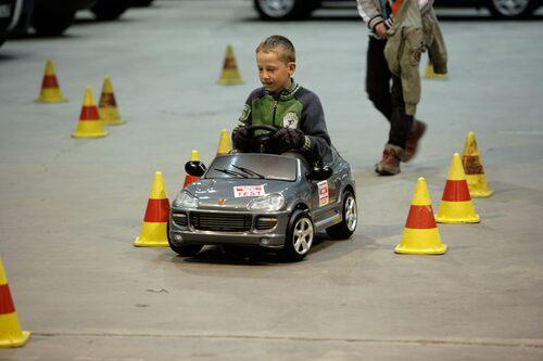 Självklart har vi satt upp en konbana så att de unga kan få känna på hur bilarna beter sig i ett älgtest. Här det det smidigt trots en vakande moder bakom.