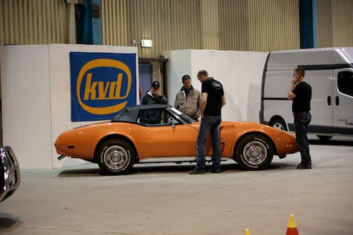 En Corvette Stingray är en av bilarna som går under klubban på söndag.