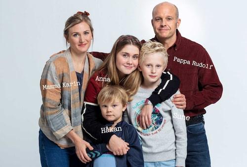 """Familjen Andersson i """"Sune vs Sune"""" spelas av Sissela Benn, Tea Stjärne, Baxter Renman, Elis Gerdt och Fredrik Hallgren."""