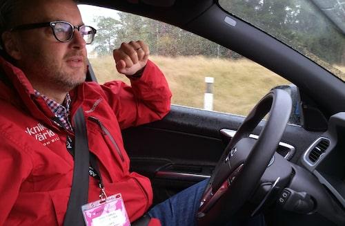 Hans Hedberg var hos Saab och Nevs i går för att kika på nya elbilen. I dag befinner han sig medVolvo pånya testanläggningen AstaZero som du kan läsa mer om i kommande nummer av Teknikens Värld. Notera att Hans inte har några händer på ratten.