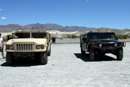 Nästa och nuvarande generation Humvee sida vid sida.