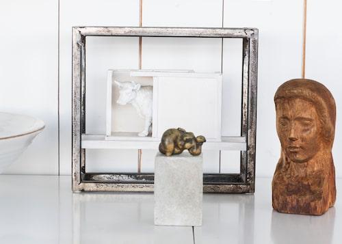 Den vita kon är av Fredrik Wretman funnen under julgranen på en julutställning. Kvinnan i brons på sockel har Peder köpt i Köpenhamn. Bysten från början av 1900-talet är arvegods.