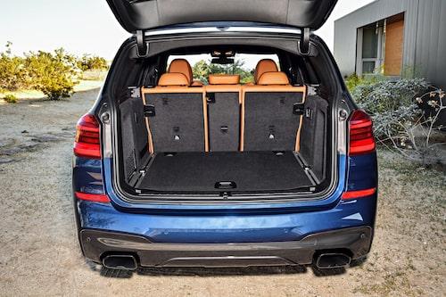 550 liter ryms, samma som i företrädaren. 1 600 liter får plats om baksätesryggen fälls. Nya Volvo XC60 rymmer mellan 505 och 1 432 liter.