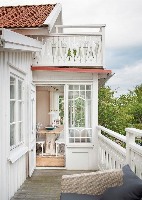 Snickarglädje och spröjsade fönster – vid en första anblick tänker man inte på att glasverandan är nybyggd. Kökets matplats skymtar, med bockbord från 1800-talet och matta av Märta Måås-Fjetterström.