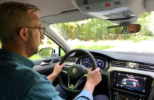 Händerna på ratten, Erik! Bra! Den autonoma körningen är inte lika bra som konkurrenternas system.