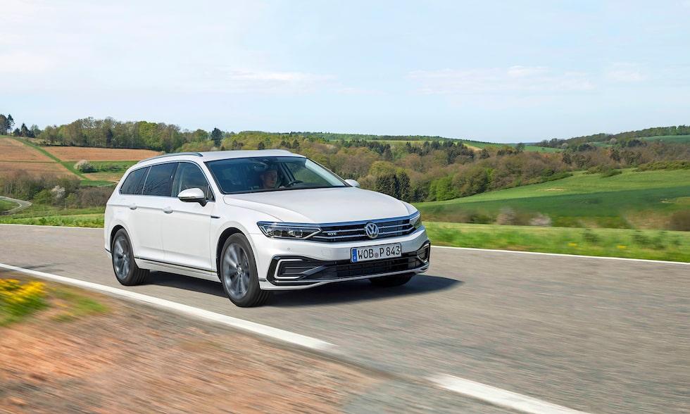 Volkswagen Passat har fått ett försiktigt ansiktslyft. Laddhybriden får längre elräckvidd.