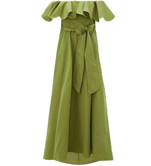 Lyxig off shoulder-klänning från Valentino med vackert markerande skärp i midjan. Klicka på bilden och kom direkt till klänningen.