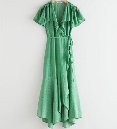 Grön volangklänning från & Other Stories i omlottmodell. Klicka på bilden och kom direkt till klänningen.