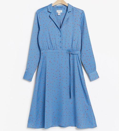 Tjusig satinklänning från Lindex i blått. Klicka på bilden och kom direkt till klänningen.