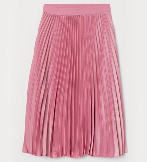 En plisserad kjol passar perfekt till klädkoden sommarfin! Kjol från H&M. Klicka på bilden och kom direkt till kjolen.