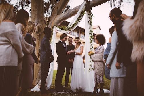"""Klädkoden på bröllop kan variera från, den relativt avslappnade, """"kavaj"""" till den uppklädda galaklänningen."""