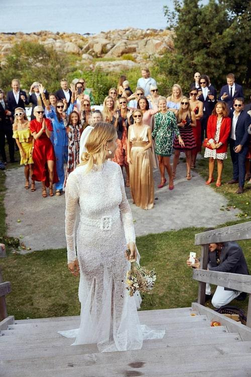 """Klädkoden på bröllop kan variera från, den relativt avslappnade, """"kavaj"""" till den uppklädda galaklänningen. Foto från influencern Pernille Teisbaeks bröllop."""