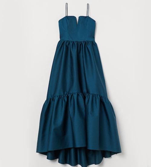 Lyxig men prisvärd volangklänning från H&M i festligt material. Klicka på bilden och kom direkt till klänningen.