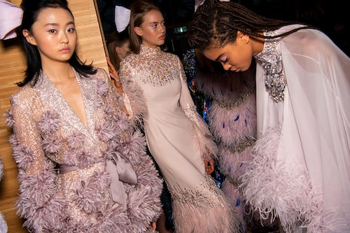 Ljus rosa, lavendel, champagne och beige går bra på bröllop, men inte vitt – den färgen är reserverad för bruden.