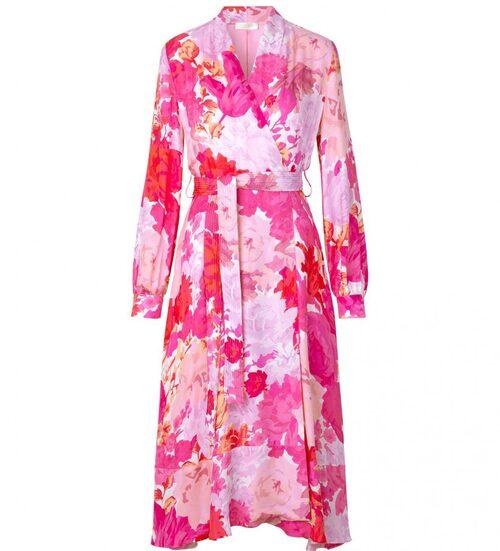 Omlottklänning från Stine Goya i rosa blomstermönster. Klicka på bilden och kom direkt till klänningen.