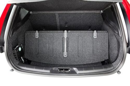 – Bagageutrymmet är inget att skryta med. Kanske världens säkraste bil, förhoppningsvis för fotgängarna med krockkudden i huven. Euro NCAP får ta reda på det. Kudden är för övrigt standard på V40. Två plumpar finns dock: upplysta växelspaksknoppen är för plastig och baksätet är bara delbart 60/40. Sistnämnda tjänstefel av Volvo.