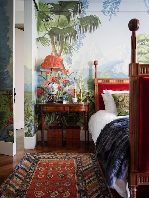 Till sitt eget sovrum har mister Gurney valt L'Eden, Edens lustgård, ursprungligen av Joseph Fuchs för franska Desfossé 1861. Snidad säng med stoppade gavlar i silkessammet, de Gournay, antik kinesisk porslinslampa och bordi Georg III-stil, från John Nicholas antiques i Chelsea. Kudde, Beaumont & Fletcher.
