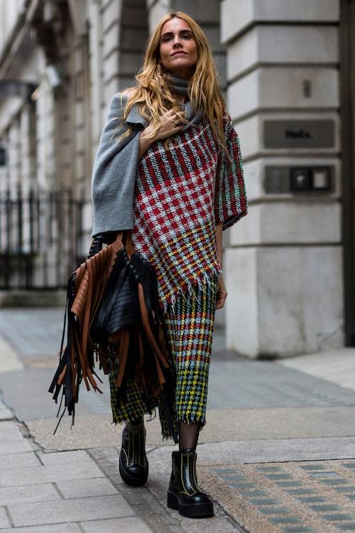Testa att bära halsduken diagonalt över axeln i vinter.