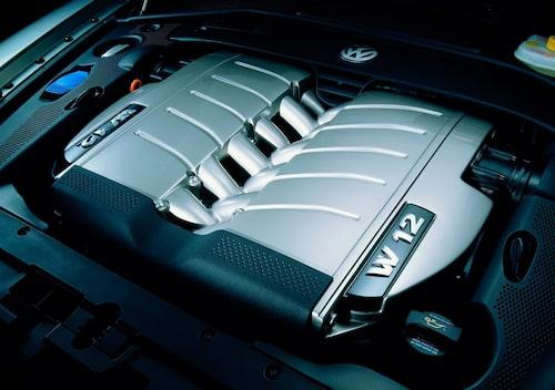 I Phaeton lanserades för första gången Volkswagens omtalade W12-motor. Den imponerande pjäsen bestod enkelt uttryckt av två V6-motorer med 15 grader mellan cylinderbankarna som monterats ihop med 72 graders vinkel.