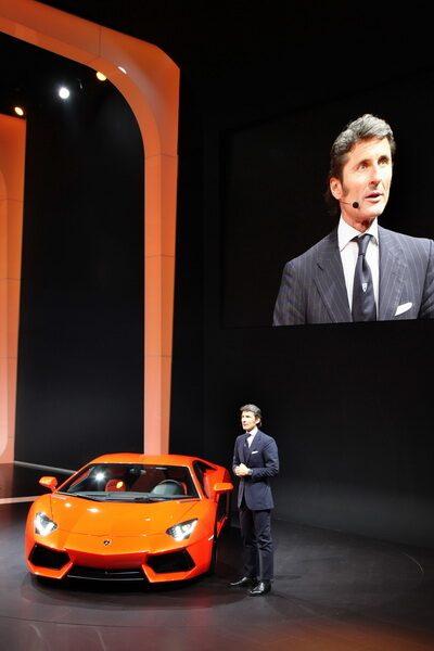 Lamborghini-chefen Stephan Winkelmann presenterar märkets nya supersportbil på Genèvesalongen.