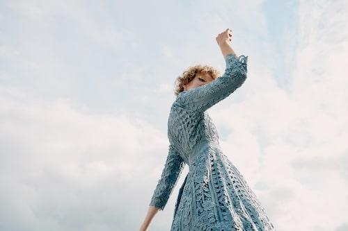 Kort duvblå klänning av polyester/spandex, stl XS–XL, 3999 kr, By Malina.