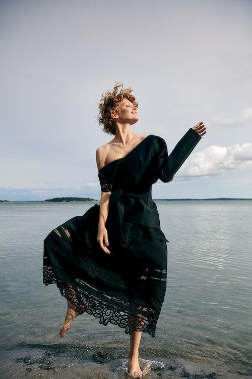 Svart baraxlad klänning av polyester, stl XS–XL, 2499 kr, och svart kavaj med knytband, av polyester, stl XS–XL, 1999 kr, båda By Malina.