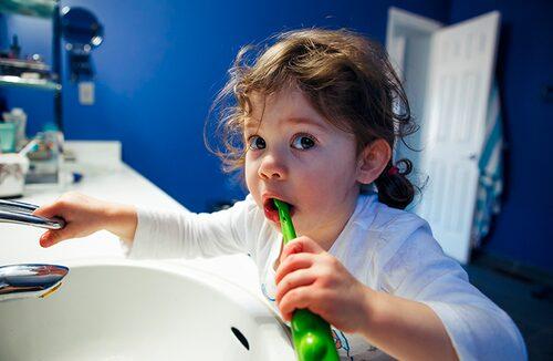 Kan små barn använda eltandborste?