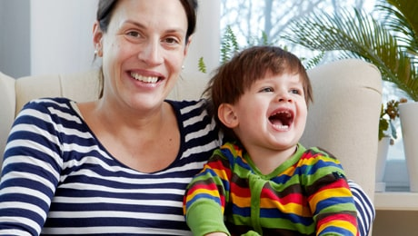 """Jenny Dunlops son Viggo, 3, går helst upp i gryningen. Hon försöker se positivt på de slitsamma morgnarna. """"Förut var det brutala väckningar, men vi har förklarat att han måste vara varsam och snäll när han väcker oss så nu pussar han mig i ansiktet och säger glatt: 'Du, jag tänker vi ska gå upp nu.'"""""""