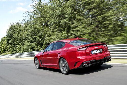 Att baklamporna dragits ut längs sidan syns bättre på en icke-röd bil.