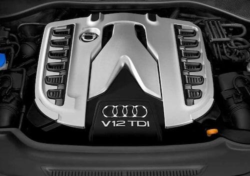 V12:an ser stor ut, men är bara 16,6 cm längre än V8-dieseln.
