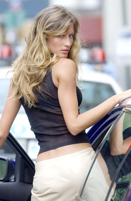 2000-talets toppmodell Gisele Bundchen filmar Taxi i New York 2004 – med låg byxlinning.