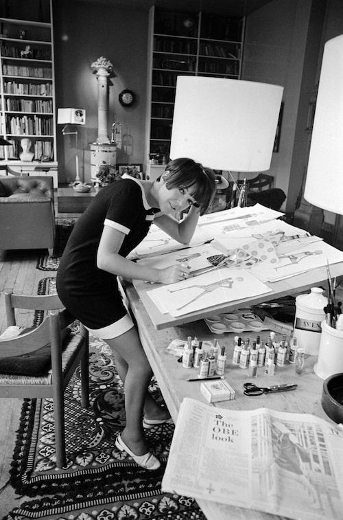 Designern Mary Quant i sin ateljé i London 1966.