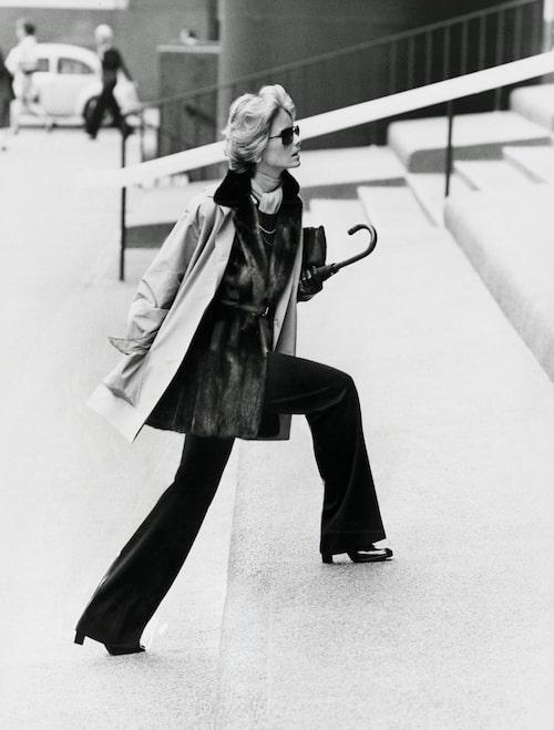Modellen Cheryl Tiegs fotad 1973, i tidstypisk androgyn look med utställda byxor från Halston.
