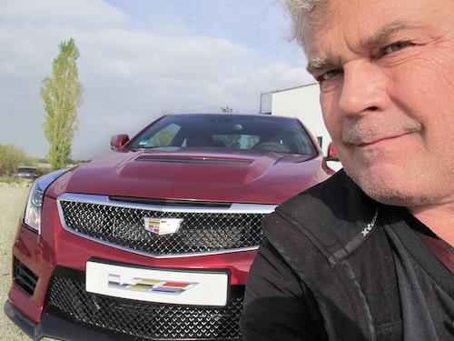 Grymma trynen när Borglund tar en så kallad selfie, eller självi.