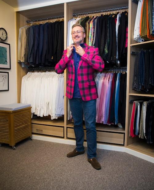 I ett tidigare outnyttjat förrådsutrymme byggde Tony och Alexander en magnifik walk-in-closet med plats för bådas kläder – dock inte alla Tonys showkläder som är inhysta i ett förråd på stan. Alla skjortor är sorterade efter färg.