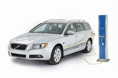 1 juni. Under en gemensam presskonferens presenterar Vattenfall och Volvo en plan för hur en plug in-hybridbil ska lanseras 2012.