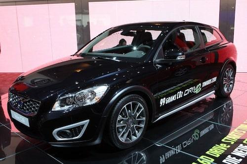 15 september. Volvo passerar för första gången under den magiska gränsen 100 gram koldioxid per kilometer. Nya C30 DRIVe, som visas på Frankfurtsalongen, vill ha 0,38 liter diesel per mil och släpper ut 99 gram per kilometer.