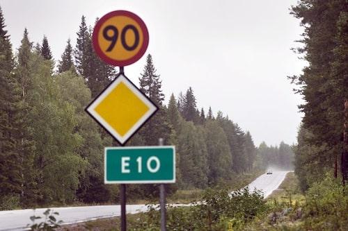 28 oktober. Ytterligare 1 500 mil svenska vägar får sänkt hastighet. Aktionen är en del i Vägverkets åtgärdspaket som ska rädda liv på våra vägar.