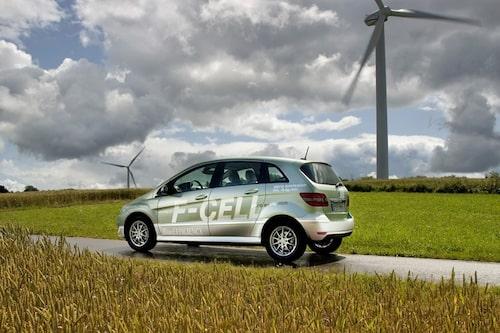 31 augusti. Mercedes presenterar den första användbara bränslecellsbilen – B-klass F-Cell.