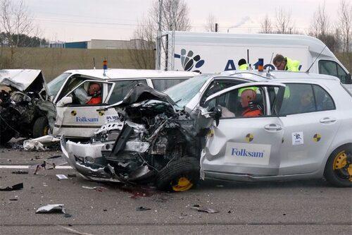 15 mars. Folksam visar att en ny liten bil är säkrare än en stor gammal när de låter en ny Toyota Yaris krocka med en 13 år gammal Volvo 945.