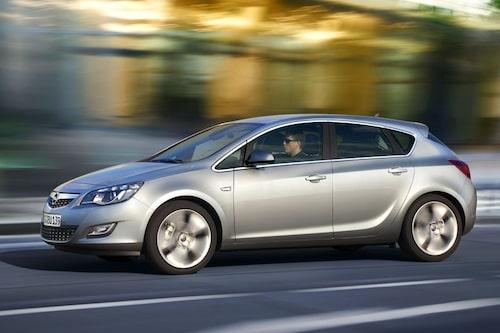 13 maj. Nya Opel Astra presenteras och väntas bli en tuff konkurrent till nya Volkswagen Golf.