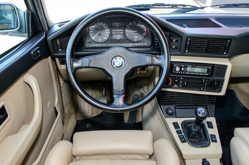 En välbekant syn för den vane BMW-föraren. Den läderklädda sportratten gör ett bra jobb att skymma färddatorn till höger om mätarna.